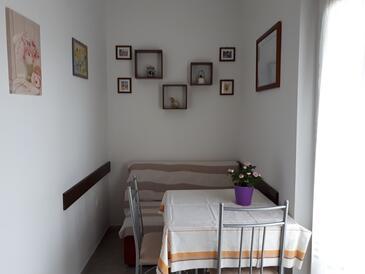 Kornić, Blagovaonica u smještaju tipa apartment, kućni ljubimci dozvoljeni i WiFi.