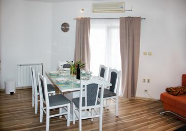 Ražine, Dining room in the apartment, air condition available, (pet friendly) and WiFi.