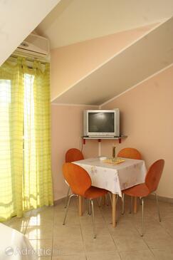 Ražine, Salle à manger dans l'hébergement en type apartment, climatisation disponible, animaux acceptés et WiFi.