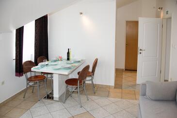 Ražine, Jídelna v ubytování typu apartment, domácí mazlíčci povoleni a WiFi.