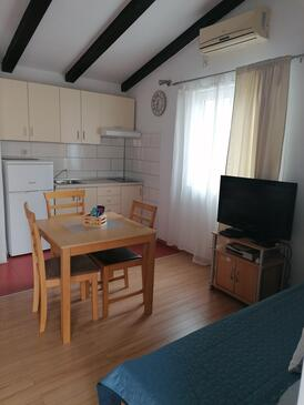 Vodice, Dining room in the studio-apartment, air condition available and WiFi.
