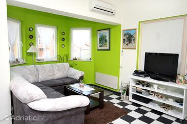 Tribunj, Living room in the apartment, dostupna klima i dopusteni kucni ljubimci.