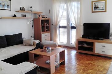 Šepurine, Living room in the apartment, air condition available, (pet friendly) and WiFi.