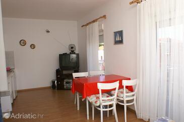 Brodarica, Столовая в размещении типа studio-apartment, доступный кондиционер, Домашние животные допускаются и WiFi.