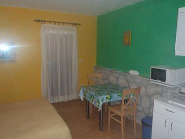 Zablaće, Dining room in the studio-apartment, air condition available, (pet friendly) and WiFi.