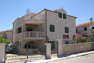 Supetar, Brač, Объект 4274 - Апартаменты вблизи моря с галечным пляжем.