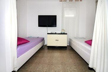 Tisno, Living room in the apartment, dostupna klima i WIFI.