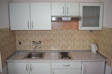 Sveti Filip i Jakov, Kitchen in the studio-apartment, air condition available and WiFi.