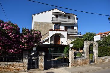 Sveti Filip i Jakov, Biograd, Объект 4299 - Апартаменты с галечным пляжем.