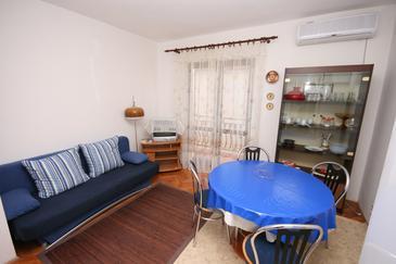 Biograd na Moru, Jadalnia w zakwaterowaniu typu apartment, dostupna klima i WIFI.