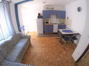 Biograd na Moru, Jadalnia w zakwaterowaniu typu apartment, dostupna klima.