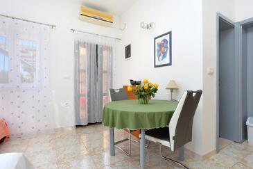 Ražanj, Jídelna v ubytování typu studio-apartment, domácí mazlíčci povoleni a WiFi.