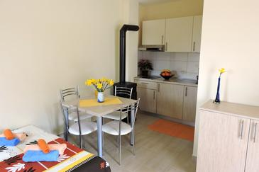 Veli Rat, Jídelna v ubytování typu studio-apartment, domácí mazlíčci povoleni a WiFi.