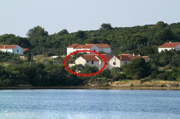 Veli Rat, Dugi otok, Objekt 436 - Ubytování v blízkosti moře s kamenitou pláží.