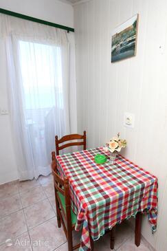 Račišće, Jídelna v ubytování typu studio-apartment, domácí mazlíčci povoleni a WiFi.