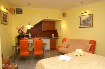 Korčula, Dining room in the studio-apartment, dopusteni kucni ljubimci.