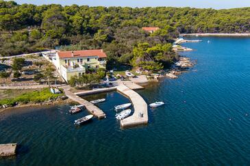 Veli Rat, Dugi otok, Objekt 438 – Apartmaji v bližini morja.