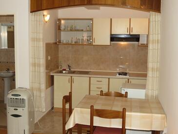 Lumbarda, Dining room in the studio-apartment, dostupna klima, dopusteni kucni ljubimci i WIFI.