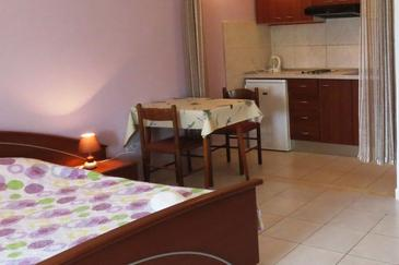 Lumbarda, Dining room in the studio-apartment, dopusteni kucni ljubimci i WIFI.