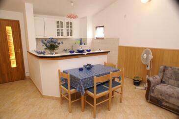 Karbuni, Esszimmer in folgender Unterkunftsart apartment, Klimaanlage vorhanden, Haustiere erlaubt und WiFi.