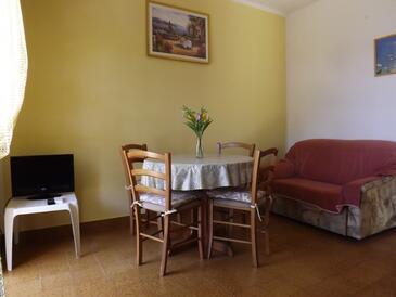 Prižba, Jídelna v ubytování typu apartment, s klimatizací a WiFi.