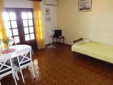 Prižba, Living room in the apartment, dostupna klima i WIFI.