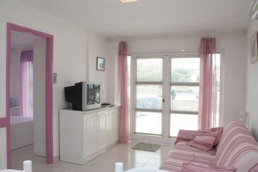 Prižba, Obývacia izba v ubytovacej jednotke apartment, dostupna klima i dopusteni kucni ljubimci.