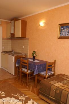 Trstenik, Blagovaonica u smještaju tipa studio-apartment, dostupna klima i WiFi.