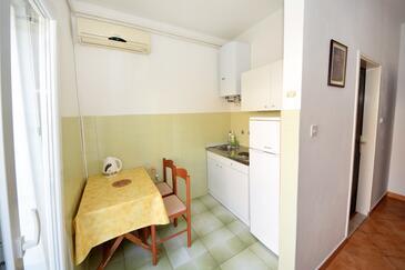 Orebić, Kitchen in the studio-apartment, dostupna klima, dopusteni kucni ljubimci i WIFI.