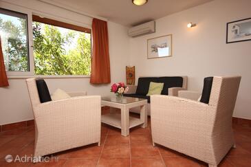 Kučište - Perna, Obývací pokoj v ubytování typu apartment, s klimatizací, domácí mazlíčci povoleni a WiFi.