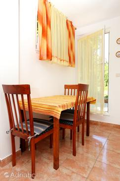 Trstenik, Dining room in the studio-apartment, air condition available and WiFi.