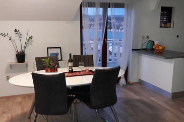 Okrug Gornji, Jídelna v ubytování typu apartment, dostupna klima, dopusteni kucni ljubimci i WIFI.