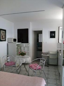 Stanići, Blagovaonica u smještaju tipa studio-apartment, dostupna klima i WiFi.