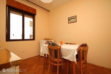 Jelsa, Salle à manger dans l'hébergement en type apartment, dopusteni kucni ljubimci i WIFI.