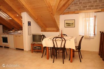 Vrboska, Dining room in the studio-apartment, air condition available, (pet friendly) and WiFi.