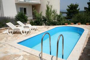 Apartmaji z bazenom za družine z otroci Jelsa (Hvar) - 4608