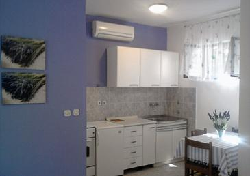 Jelsa, Kitchen in the studio-apartment, dostupna klima, dopusteni kucni ljubimci i WIFI.