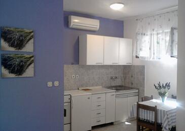 Jelsa, Kitchen in the studio-apartment, dostupna klima, dopusteni kucni ljubimci i WIFI.
