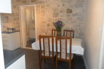 Omiš, Comedor in the apartment, air condition available y WiFi.