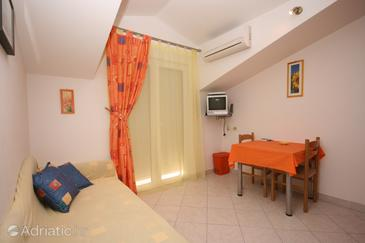 Arbanija, Eetkamer in the apartment, air condition available en WiFi.
