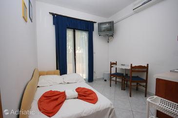 Arbanija, Dining room in the apartment, air condition available and WiFi.