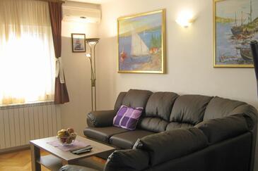 Mastrinka, Sala de estar in the apartment, air condition available y WiFi.