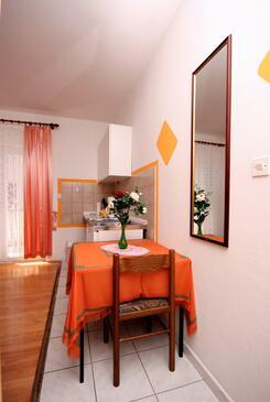 Nemira, Jídelna v ubytování typu studio-apartment, WiFi.