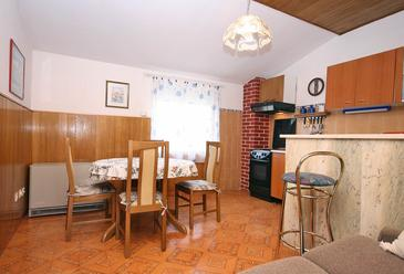 Bušinci, Dining room in the apartment, dopusteni kucni ljubimci.