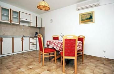 Bol, Dining room in the apartment, air condition available and WiFi.