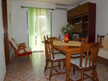 Bušinci, Sufragerie în unitate de cazare tip apartment, aer condiționat disponibil şi WiFi.