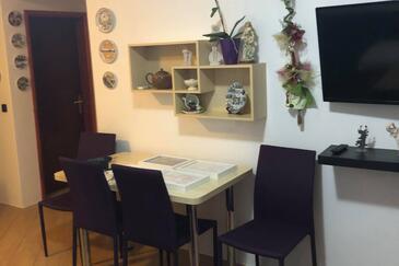 Bušinci, Dining room in the apartment, dopusteni kucni ljubimci i WIFI.