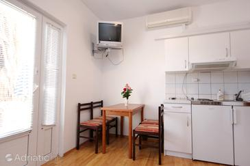 Cavtat, Comedor in the apartment, air condition available y WiFi.