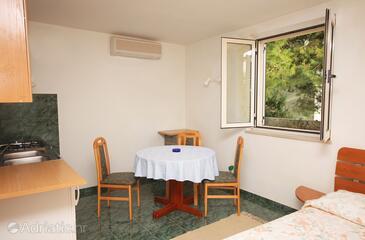 Slano, Dining room in the studio-apartment, dostupna klima i WIFI.