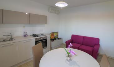 Štikovica, Dining room in the apartment, dostupna klima i WIFI.
